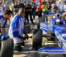 Shaquille O'Neill don't need no stinkin jack to change tires on an Indy car. (RacinToday photo by Owen Richards)