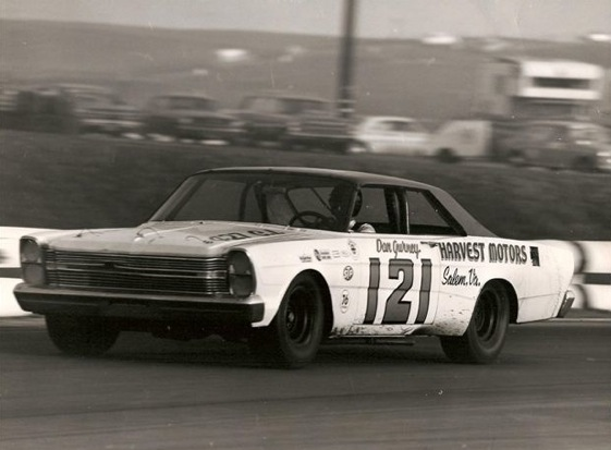 Dan Gurney takes on the Riverside road course in a Wood Brothers Ford. (Photo courtesy of Wood Brothers Racing)
