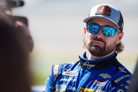 Stenhouse Jr. wins Daytona 500 pole in debut with new team